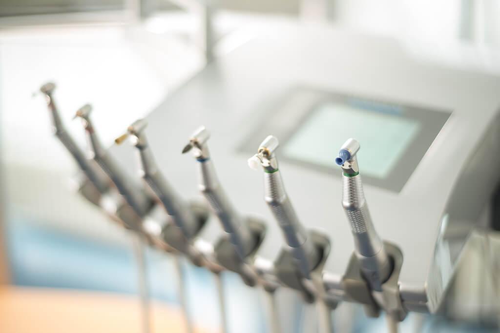 Blick auf zahnärztliche Instrumente der Praxis Dr. Angelika Vogel.