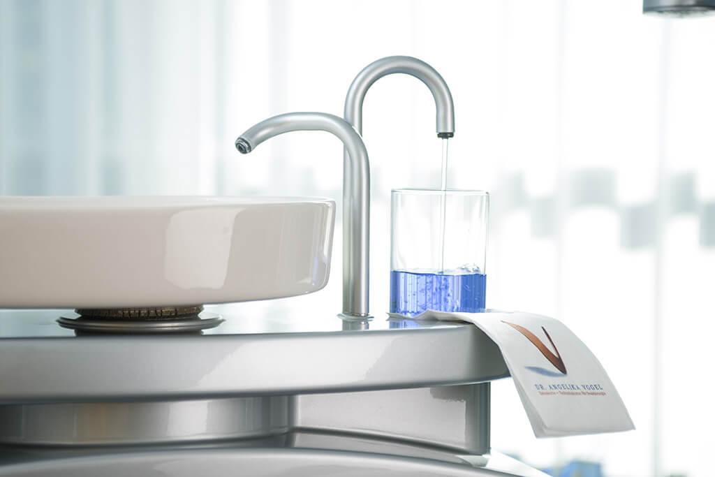 Waschbecken, Mundwasser und Serviette zum Einsatz zwischen und nach der Behandlung.